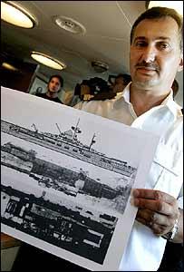 Oficial polaco con planos del buque.