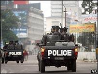 Policía patrullando en Kinshasa.