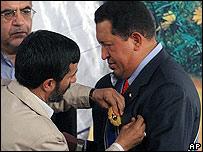 Mahmoud Ahmedinejad condecora a Hugo Chávez