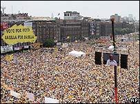 Vista parcial de los asistentes a la manifestación en el centro de Ciudad México