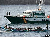 Guardia Civil craft escorts migrant boat, 30 July 06