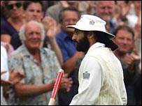 Panesar applauded by the Old Trafford crowd