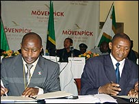 Burundian FNL rebel leader Agathon Rwasa (R) and Burundian MP Brig Erneste Ndayishimye (L) sign an agreement to end hostilities