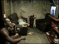 Familia en la Habana siguiendo la noticia