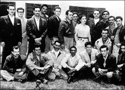 """Fidel Castro (de pie, cuarto de derecha a izquierda con lentes) y sentado, segundo de izquierda a derecha, Ernesto """"Che"""" Guevara."""