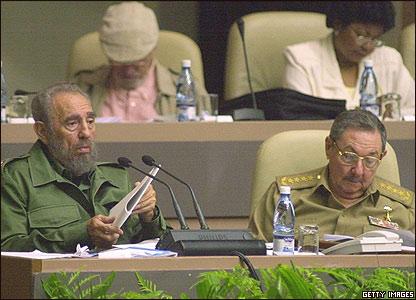 Fidel y Ra�l Castro en una sesi�n del parlamento cubano en 2004.