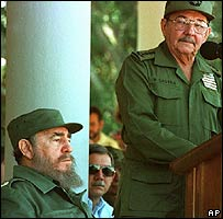 Fidel (L) and Raul Castro (archive)