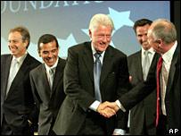 President Bill Clinton and Mayor Ken Livingstone shake hands