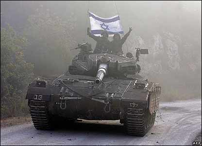 Israeli wave as their tank returns from the Lebanese village of Aita el-Shaab