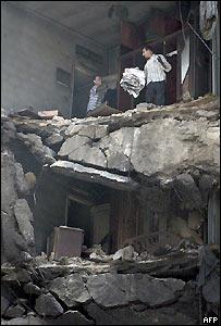 لبناني ينتشل ملابسه من حجرة نوم مدمرة في الضواحي الجنوبية من بيروت، 1 أغسطس 2006