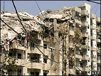 Здание в Бейруте, пострадавшее от бомб