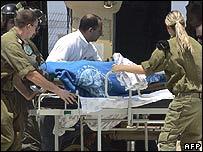 Израильские медики помогают раненому