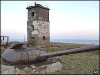 Танковая башня и маяк под Северо-Курильском