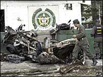 Restos del coche bomba en una estación de policia en Cali