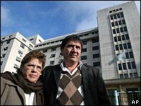 Buscarita Roa (izq.) y Patricio Poblete Roa, madre y hermano de una de las víctimas.