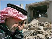 Un libanés pasa por un sitio destruido