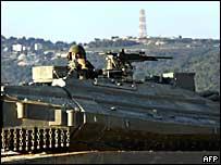 Soldado israelí observa la frontera antes de entrar a Líbano