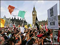 Miles de manifestantes piden cese del fuego inmediato frente al parlamento británico, en Londres