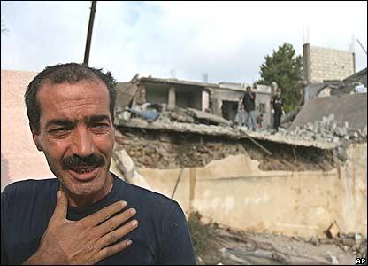 по меньшей мере 10 ливанцев, включая брата Ахмада Ассии, погибло в воскрсенье во время воздушной атаки на в Ансаре, юг Ливана (фото и комментарий bbc)
