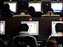Usuarios en un café de Pekín, China.