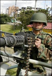 Soldado custodia una calle de Bogotá