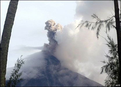 The volcano emits a column of stream and ash on 7 August