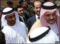 El canciller saudita, príncipe Saud al-Faisal (der.) y el de los Emiratos Árabes, jeque Abdullah bin Zayed al-Nahayan, en Líbano.