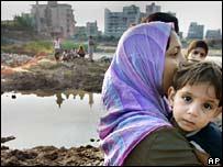 Mujer y niño en Tiro, Líbano