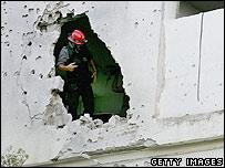 إطفائي إسرائيلي يفحص إضرارا وقفعت لمدرسة جراء صاروخ كاتيوشا لحزب الله في كريات شمونة