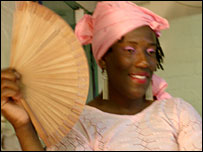 Kudah Samuriwo, Queen of Africa, using a fan