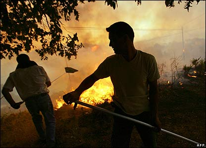 Men tackle blaze near village of Ponte Bora, Galicia, 7 Aug 06