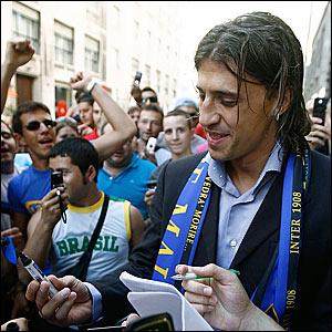 Hernan Crespo greets Inter Milan fans