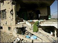 Una mujer revisa su casa destruida por la aviación israelí, en la aldea de Britel, en el este de Líbano.