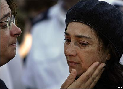 Mother of Israeli soldier Phillip Moskow comforted at his funeral in Jerusalem on 8 August 2006