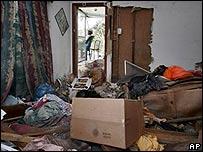 La familia de esta casa destruida por Katrina debe vivir en una casa rodante.