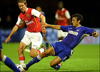 Alexander Hleb (left) battles for the ball with Mario Cvitanovic