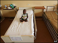 Menor de edad en una cama de hospital en África.