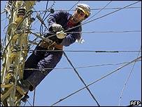 Trabajador repara líneas telefónicas en Líbano