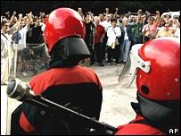 Police block demonstration by Eta supporters in San Sebastian, 17 Aug 06