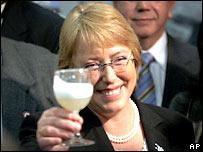 Michelle Bachelet brinda con pisco peruano