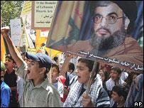 طفل يحمل صورة زعيم حزب الله اللبناني (2006)