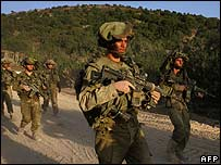 Israeli soldiers return across the border from Lebanon 18 August 2006