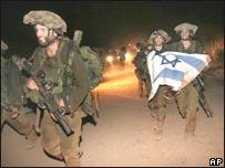 جنود إسرائيليون يعبرون الحدود إلى إسرائيل بعد تنفيذ عملية عسكرية في لبنان