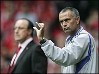 Rafael Ben�tez (izq.) y Jose Mourinho.