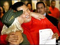 Una mujer besa a Chávez tras su registro como candidato