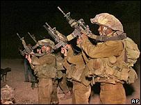 Soldados israelíes se preparan para penetrar el sur de Líbano
