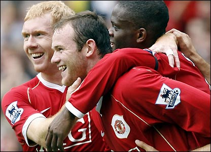 Wayne Rooney celebrates with Louis Saha and Paul Scholes