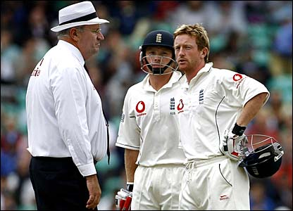 Ian Bell and Paul Collingwood talk to umpire Darrell Hair
