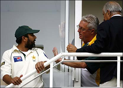 Inzamam-ul-Haq talks to Pakistan coach Bob Woolmer