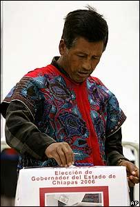 Hombre vota en Chiapas